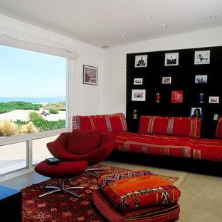 Maritimes Wohnzimmer mit weißer Wandfarbe und Betonboden in Santa Barbara