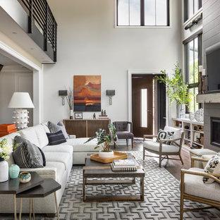 Aménagement d'une salle de séjour classique avec un mur blanc, un sol en bois foncé, une cheminée standard, un manteau de cheminée en bois et un téléviseur fixé au mur.