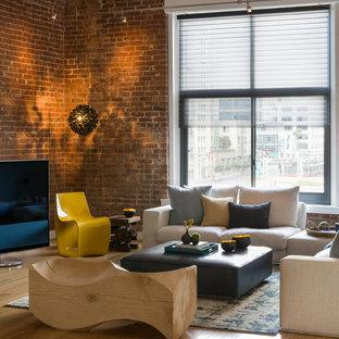 Esempio di un grande soggiorno design stile loft con TV autoportante, pareti marroni, pavimento in bambù e pavimento beige
