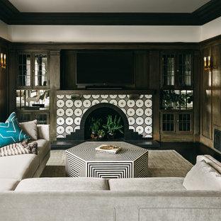 Foto di un soggiorno classico di medie dimensioni e aperto con pareti marroni, parquet scuro, camino classico, cornice del camino in cemento, TV a parete e pavimento nero
