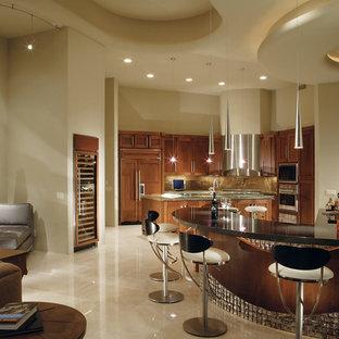 Modelo de sala de estar con barra de bar abierta, contemporánea, de tamaño medio, sin chimenea y televisor, con paredes beige, suelo de travertino y suelo beige