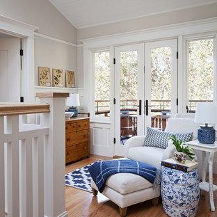 Cette image montre une salle de séjour mansardée ou avec mezzanine craftsman de taille moyenne avec un mur beige, un sol en bois brun, aucune cheminée, aucun téléviseur et un sol marron.