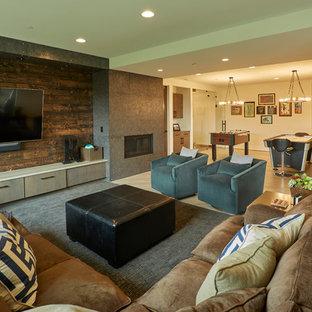 Foto di un ampio soggiorno minimal aperto con sala giochi, pareti bianche, parquet chiaro, camino classico, cornice del camino in metallo e TV a parete