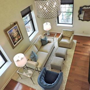 Imagen de sala de estar tipo loft, moderna, pequeña, con paredes blancas, suelo de madera en tonos medios, chimenea tradicional, marco de chimenea de piedra y televisor independiente