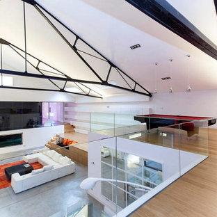 Foto di un ampio soggiorno minimalista stile loft con sala giochi, pareti bianche, pavimento in bambù e pavimento beige