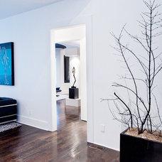 Modern Family Room by Atmosphere 360 Studio