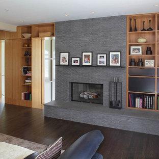ニューヨークのコンテンポラリースタイルのおしゃれなファミリールーム (ベージュの壁、標準型暖炉、石材の暖炉まわり) の写真