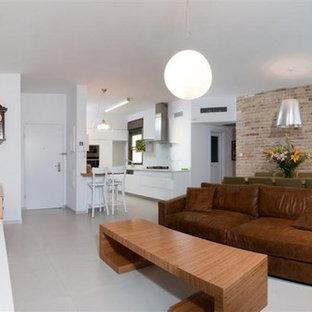 Ejemplo de sala de estar abierta, moderna, con paredes blancas y televisor colgado en la pared