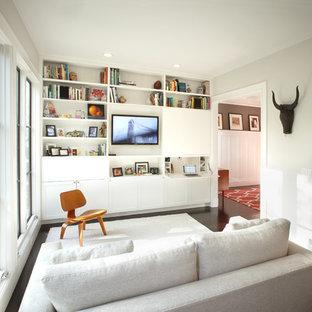 サンフランシスコの中サイズのコンテンポラリースタイルのおしゃれなファミリールーム (濃色無垢フローリング、白い壁、暖炉なし、内蔵型テレビ) の写真