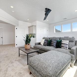 Diseño de sala de estar con barra de bar cerrada, de estilo de casa de campo, de tamaño medio, con paredes blancas, moqueta y suelo beige