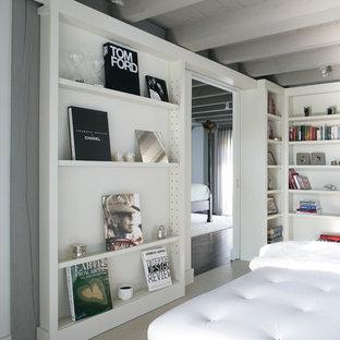 Ispirazione per un soggiorno country di medie dimensioni e chiuso con pareti grigie, pavimento in marmo e nessun camino