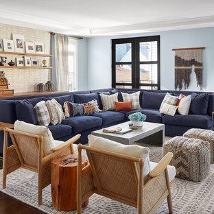 Ejemplo de sala de estar abierta, campestre, grande, con paredes azules, suelo de madera oscura y suelo marrón