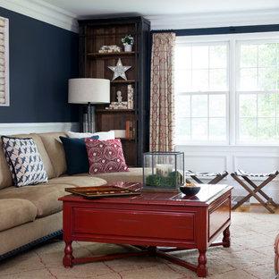Ejemplo de sala de estar con biblioteca cerrada, de estilo de casa de campo, de tamaño medio, sin chimenea y televisor, con paredes azules y suelo de madera en tonos medios