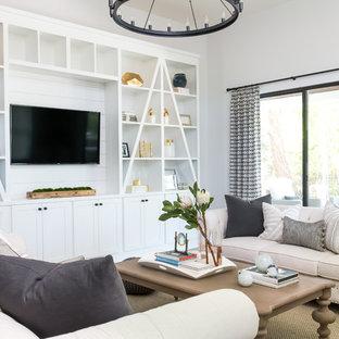 Foto de sala de estar de estilo de casa de campo, sin chimenea, con paredes grises y pared multimedia