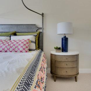 Esempio di un soggiorno country stile loft con libreria, pareti beige, moquette, nessun camino e pavimento beige