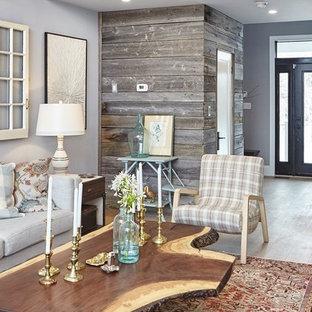 Foto de sala de estar cerrada, campestre, de tamaño medio, sin chimenea y televisor, con paredes multicolor, suelo de madera clara y suelo beige