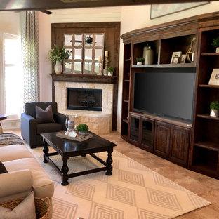 ダラスの広いカントリー風おしゃれなオープンリビング (ベージュの壁、トラバーチンの床、コーナー設置型暖炉、埋込式メディアウォール、ベージュの床) の写真