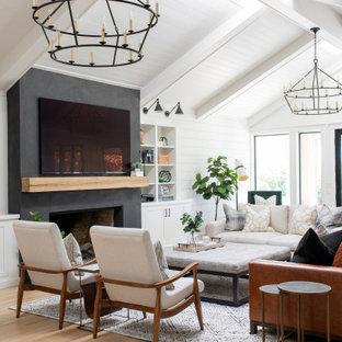 Идея дизайна: большая открытая гостиная комната в стиле кантри с домашним баром, белыми стенами, светлым паркетным полом, стандартным камином и телевизором на стене