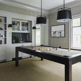 Imagen de sala de juegos en casa cerrada, de estilo de casa de campo, con paredes grises, suelo de madera oscura y suelo marrón