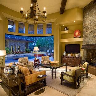 Immagine di un ampio soggiorno stile americano aperto con TV a parete, pareti beige, pavimento con piastrelle in ceramica, camino classico e cornice del camino in pietra