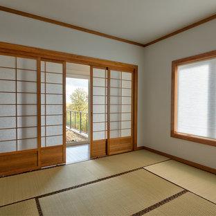 Esempio di un soggiorno moderno di medie dimensioni e chiuso con pareti bianche, pavimento in tatami, nessun camino, nessuna TV e pavimento beige