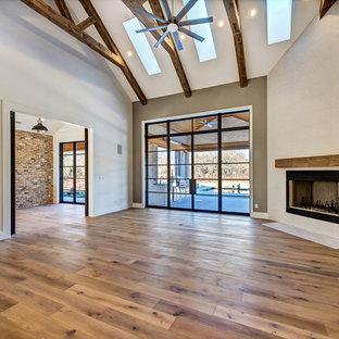 Cette photo montre une salle de séjour tendance ouverte avec un mur gris, un sol en carrelage de porcelaine, une cheminée d'angle, un manteau de cheminée en métal, un téléviseur encastré et un sol marron.