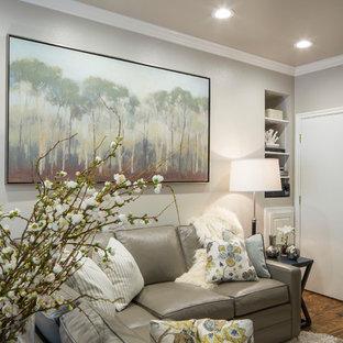 フェニックスの小さいモダンスタイルのおしゃれな独立型ファミリールーム (グレーの壁、無垢フローリング、標準型暖炉、壁掛け型テレビ) の写真