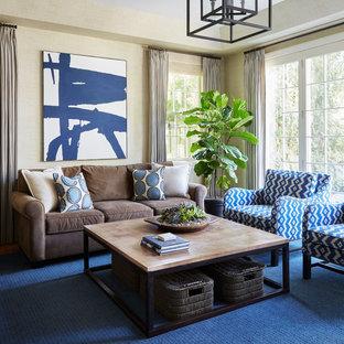Cette image montre une grande salle de séjour traditionnelle fermée avec un mur beige, moquette, aucune cheminée, aucun téléviseur et un sol bleu.