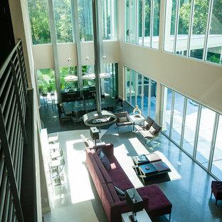 Idée de décoration pour une grand salle de séjour minimaliste ouverte avec un mur beige, un sol en carrelage de porcelaine et cheminée suspendue.