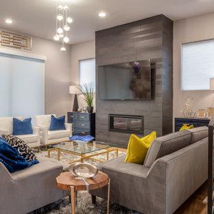 Inspiration pour une salle de séjour traditionnelle de taille moyenne et ouverte avec un mur gris, un manteau de cheminée en carrelage, un téléviseur fixé au mur et une cheminée ribbon.