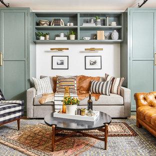 Modelo de sala de estar tradicional renovada con paredes blancas, suelo de madera en tonos medios y suelo azul