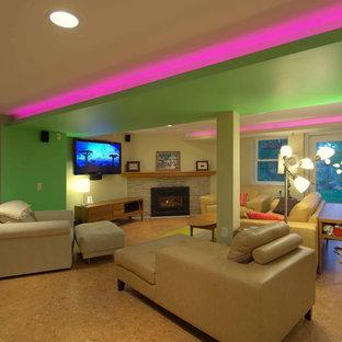 他の地域の大きいモダンスタイルのおしゃれなファミリールーム (ベージュの壁、コルクフローリング、コーナー設置型暖炉、石材の暖炉まわり、壁掛け型テレビ) の写真