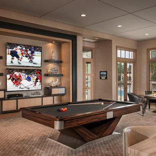Idee per un grande soggiorno moderno aperto con sala giochi, pareti marroni, moquette, TV a parete, nessun camino e pavimento beige