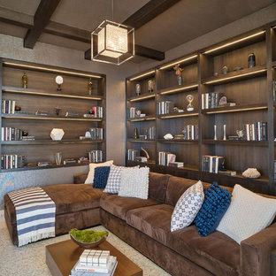 Modelo de sala de estar con biblioteca cerrada, costera, grande, con suelo de travertino, televisor colgado en la pared, paredes marrones y chimenea lineal