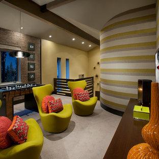 サクラメントの広いコンテンポラリースタイルのおしゃれな独立型ファミリールーム (ゲームルーム、壁掛け型テレビ) の写真