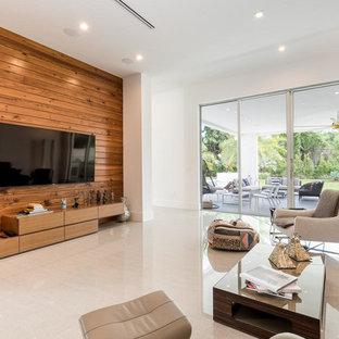 マイアミの中サイズのモダンスタイルのおしゃれな独立型ファミリールーム (白い壁、コンクリートの床、暖炉なし、壁掛け型テレビ、白い床) の写真