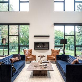 Foto på ett stort funkis allrum med öppen planlösning, med vita väggar, mellanmörkt trägolv, en bred öppen spis, en spiselkrans i gips och beiget golv