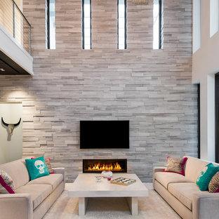 Idéer för stora funkis allrum med öppen planlösning, med vita väggar, heltäckningsmatta, en bred öppen spis, en spiselkrans i sten och en väggmonterad TV