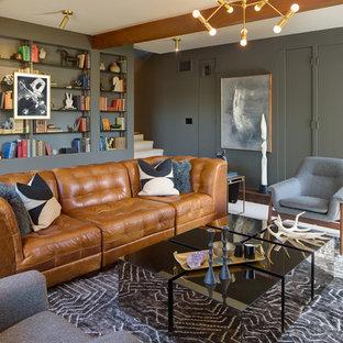 Cette photo montre une salle de séjour rétro fermée avec un mur gris, moquette et un sol blanc.