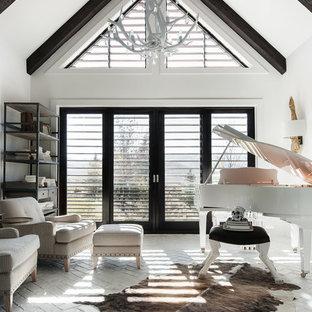 Cette photo montre une salle de séjour tendance avec une salle de musique, un mur blanc et un sol en brique.