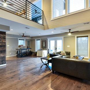 Immagine di un soggiorno minimalista aperto e di medie dimensioni con pavimento in bambù, TV a parete, pareti grigie e nessun camino