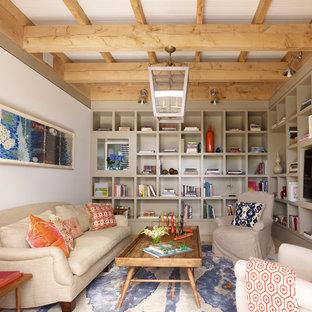 Immagine di un soggiorno design chiuso con pareti beige, nessun camino e parete attrezzata