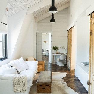 Modelo de sala de estar cerrada, de estilo de casa de campo, con paredes blancas y suelo de madera oscura