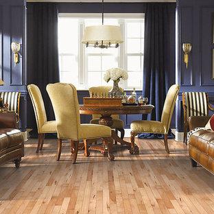 オーランドの中サイズのトラディショナルスタイルのおしゃれなファミリールーム (青い壁、淡色無垢フローリング、暖炉なし、テレビなし、茶色い床) の写真