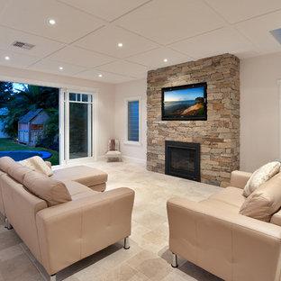 Inspiration pour une salle de séjour marine de taille moyenne et fermée avec un mur vert, un sol en travertin, une cheminée standard, un manteau de cheminée en pierre, un téléviseur dissimulé et un sol multicolore.