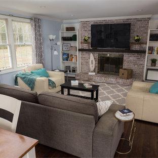 ワシントンD.C.の中サイズのトランジショナルスタイルのおしゃれな独立型ファミリールーム (青い壁、濃色無垢フローリング、標準型暖炉、レンガの暖炉まわり、壁掛け型テレビ) の写真
