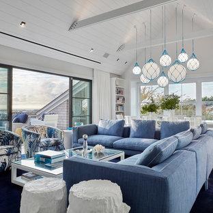 Foto de sala de estar abierta, costera, con paredes blancas, moqueta y suelo azul