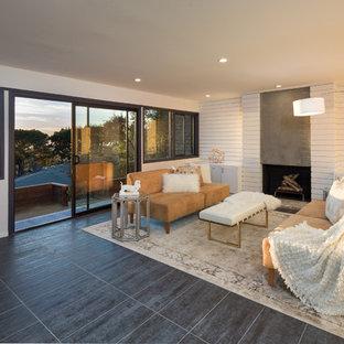 Aménagement d'une salle de séjour contemporaine avec un sol en carrelage de porcelaine, un manteau de cheminée en béton, un mur blanc et une cheminée standard.