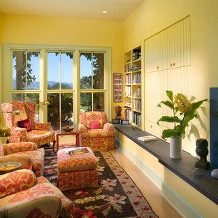 Idee per un soggiorno boho chic con pareti gialle, camino classico e nessuna TV