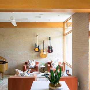 Idées déco pour une salle de séjour rétro avec une salle de musique, un sol en bois clair, aucun téléviseur, un mur orange et aucune cheminée.